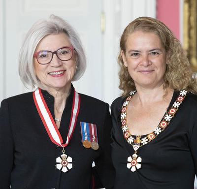 La très honorable Beverley McLachlin prend une photo avec la Gouverneure générale