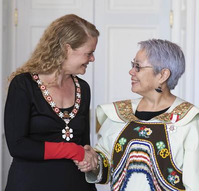 Eva Aariak serre la main de la gouverneure générale
