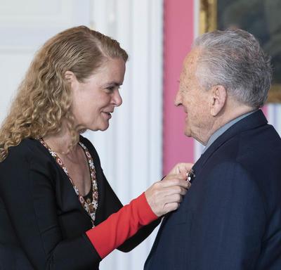 Eli Bornstein reçoit sa médaille de la Gouverneure générale