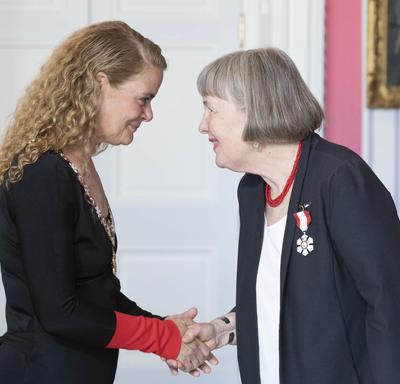 Kathleen Pearson serre la main de la gouverneure générale