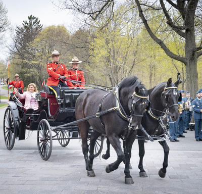 The President of the Republic of Croatia and Mr. Jakov Kitarović arrive at Rideau Hall on a horse-drawn carriage.