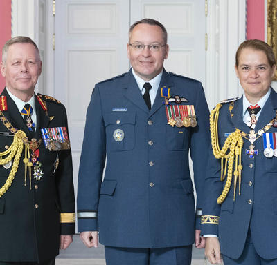 Chief of the Defence Staff of the Canadian Armed Forces General Jonathan Vance and the Governor General pose with  Brigadier-General Iain Stewart Huddleston, O.M.M., C.D.