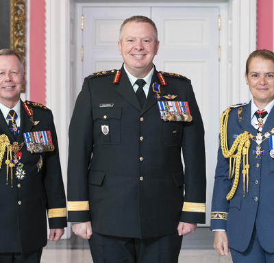 Chief of the Defence Staff of the Canadian Armed Forces General Jonathan Vance and the Governor General pose with Brigadier-General Conrad Joseph John Mialkowski, O.M.M., M.S.C., C.D.