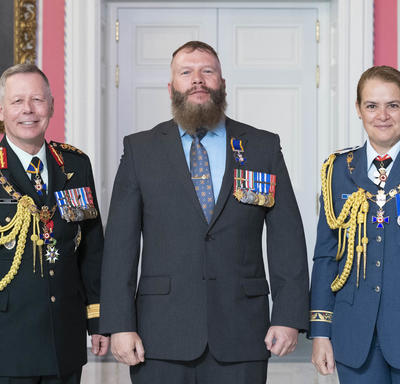 Chief of the Defence Staff of the Canadian Armed Forces General Jonathan Vance and the Governor General pose with Master Warrant Officer Cordell James Herman Boland, M.M.M., C.D.