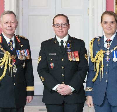 Chief of the Defence Staff of the Canadian Armed Forces General Jonathan Vance and the Governor General pose with Sergeant Helen Ruth Hawes, M.M.M., C.D.