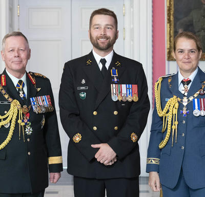 Chief of the Defence Staff of the Canadian Armed Forces General Jonathan Vance and the Governor General pose with  Chief Petty Officer 2nd Class Chesley Wayne Keeping, M.M.M., C.D.