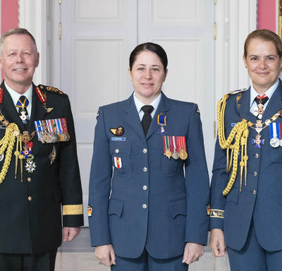 Chief of the Defence Staff of the Canadian Armed Forces General Jonathan Vance and the Governor General pose with Warrant Officer Caroline Marie Linteau, M.M.M., C.D.