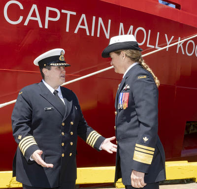 Captain Catherine Lacombe, commanding Officer of the CCGS Captain Molly Kool, is shaking hands with Governor General Julie Payette in front of the Captain Molly Kool ship. Both women are wearing the Canadian Coast Guard uniform.
