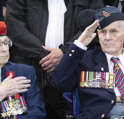 Les anciens combattants saluent.