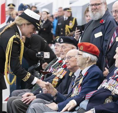 La gouverneure générale serre la main des anciens combattants.