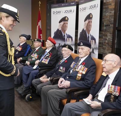 La gouverneure générale rencontre des anciens combattants.