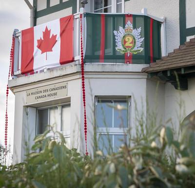 Drapeau canadien sur un bâtiment à Bernières-sur-Mer.