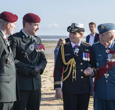 La gouverneure générale accompagne un ancien combattant.