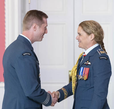 Lieutenant-Colonel Sexsmith shakes hands with the Governor General after accepting his medal.