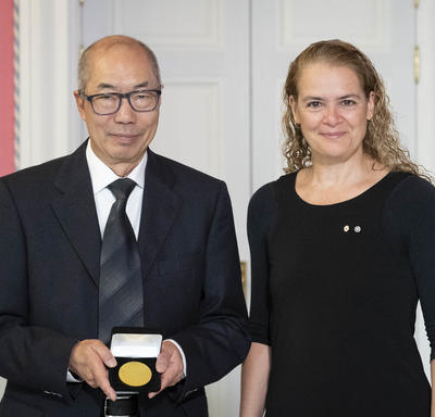 Dr. Tak Wah Mak accepts the CIHR Gold Leaf Prize from the Governor General