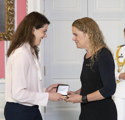 Dr. Tracie O. Afifi accepts the CIHR Gold Leaf Prize from the Governor General
