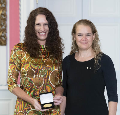 Dr. Erin Michalak accepts the CIHR Gold Leaf Prize from the Governor General