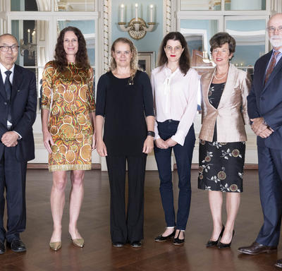 The recipients of the Gold Leaf Prizes 2018 and the President of the CIHR pose for a photo with the Governor General.