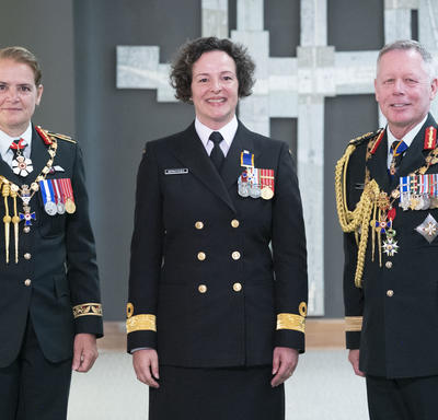 Commodore Geneviève Bernatchez poses for a photo with the Governor General and the Chief of the Defence Staff.