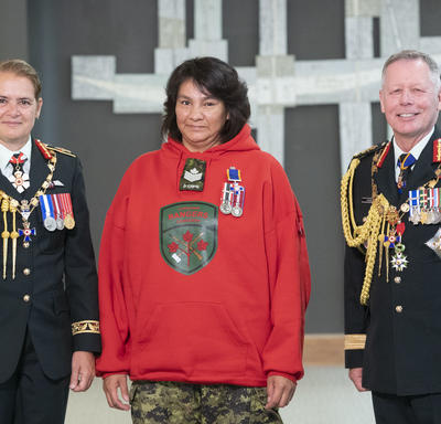 Ranger Linda Marie Kamenawatamin poses for a photo with the Governor General and the Chief of the Defence Staff.