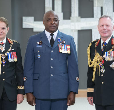 Master Warrant Officer Ruel Walker poses for a photo with the Governor General and the Chief of the Defence Staff.