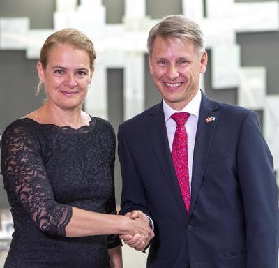 Son Excellence monsieur Roy Kennet Eriksson, Ambassadeur de la République de Finlande serre la main de la gouverneure générale.