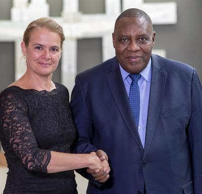 Son Excellence monsieur Ralechate Lincoln Mokose, Haut-commissaire du Royaume du Lesotho serre la main de la gouverneure générale.