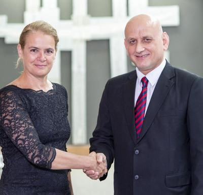 Son Excellence monsieur Wadee Batti Hanna Albatti, Ambassadeur de la République d'Irak serre la main de la gouverneure générale.