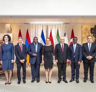 Une photo de groups avec les six nouveaux chefs de mission et la gouverneure générale.
