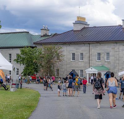 Les visiteurs arrivent à la Citadelle de Québec.