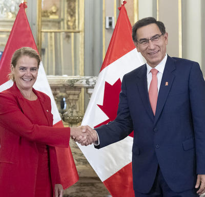 The Governor General shook hands with His Excellency Martín Vizcarra, President of the Republic of Peru.