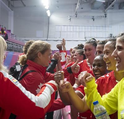 La gouverneure générale a salué l'équipe féminine canadienne de handball à la fin de la partie