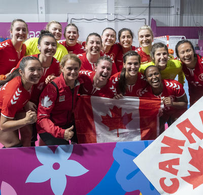 The Governor General took a group photo with the Canadian women handball team.