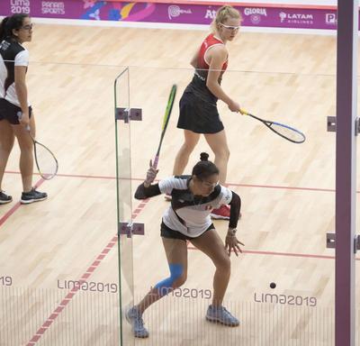Canadian squash players Samantha Cornett and Danielle Letourneau played against Peru.