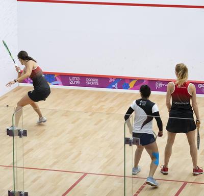 Les joueuses de squash canadiennes Samantha Cornett et Danielle Letourneau ont joué contre le Pérou.