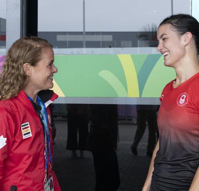 La gouverneure générale a rencontré la joueuse de squash Samantha Cornett après le match.