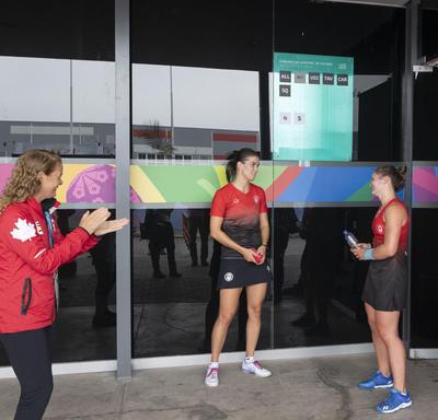 La gouverneure générale a rencontré les joueuses de squash Samantha Cornett et Hollie Naughton après leurs matchs.