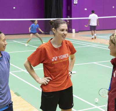 La gouverneure générale a rencontré les joueuses de badminton Michelle Li et Rachel Honderich lors d'une pratique.