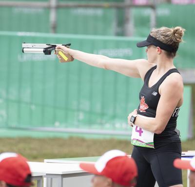 Kelly Fitzsimmons compétitionne dans la discipline de tir du pentathlon moderne.