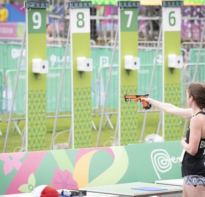 Shauna Biddulph compétitionne  dans la discipline de tir du pentathlon moderne.