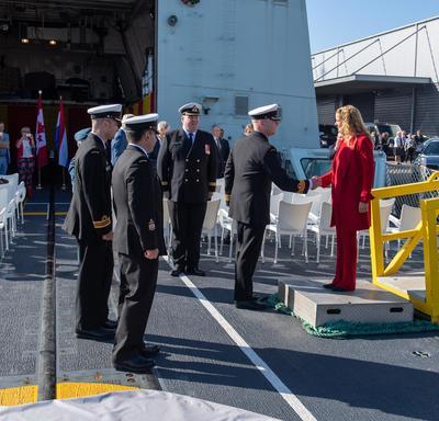 La gouverneure générale est accueillie par des membres de la Marine canadienne à bord du NCSM St John's.
