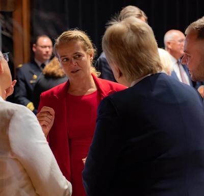 La gouverneure générale discute au cours d'un déjeuner offert à mon premier ministre Rutte.