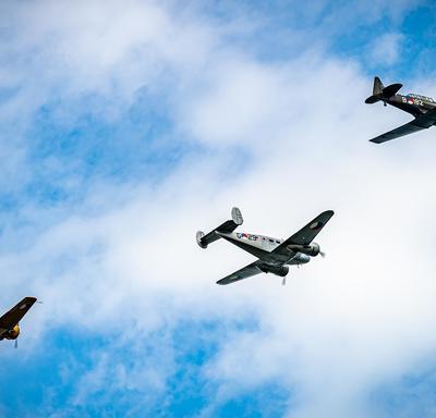 Une photo de l'avion de la Seconde Guerre mondiale pendant le défilé aérien lors de la cérémonie à Terneuzen.