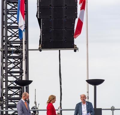 La gouverneure générale sur scène lors de la cérémonie commémorative à Terneuzen, prête à allumer une flamme.