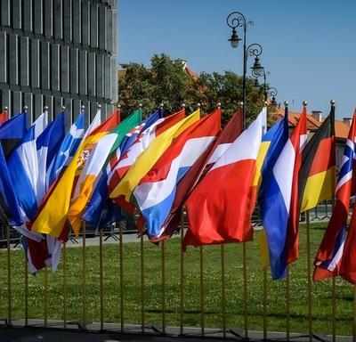 Une photo de drapeaux de pays alignés pour la cérémonie commémorant le 80e anniversaire du déclenchement de la Seconde Guerre mondiale.