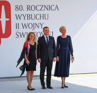 The Governor General stands beside President Duda of Poland and the First Lady of Poland.