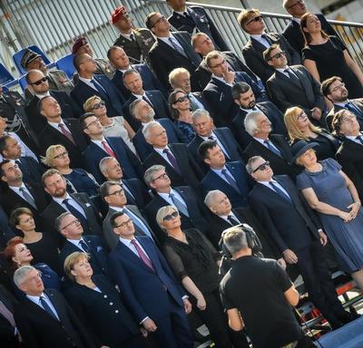 Une photo des chefs d'État, debout à la cérémonie commémorative.