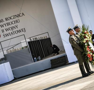 A photo of two Polish soldiers holding a wreath at the commemorative ceremony.