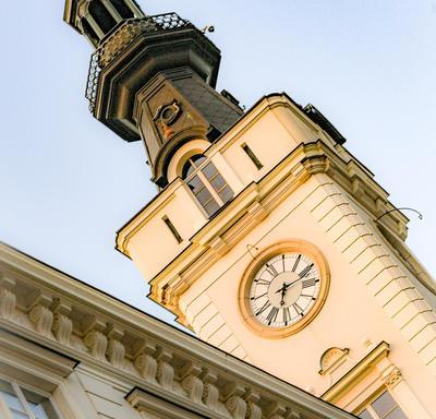 Une photo d'une tour d'horloge à Varsovie, Pologne.