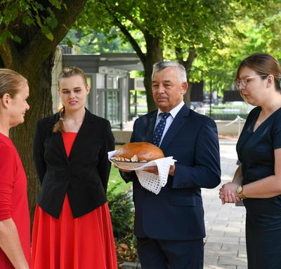 The Governor General is presented with bread and salt, a Polish tradition.